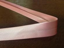 Szatén ferdepánt, szín: rózsaszín, szélesség: 20mm, 1 tekercs: 25m, Egységár: 51,0 Ft/méter*